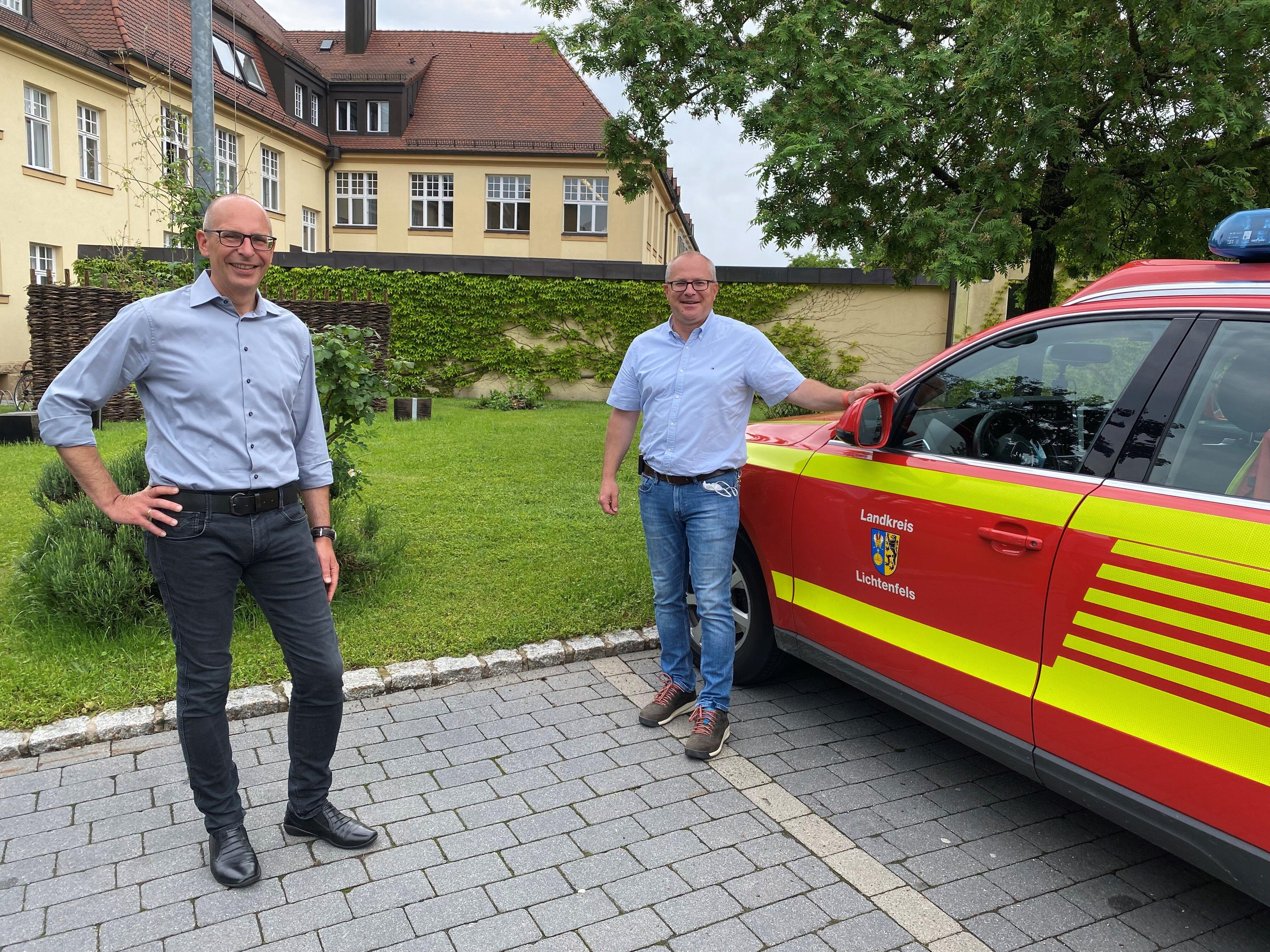 Landrat Christian Meißner (im Bild mit Kreisbrandrat Timm Vogler) dankte den Einsatzkräften für die schnelle und engagierte Hilfe. Foto: Landratsamt L