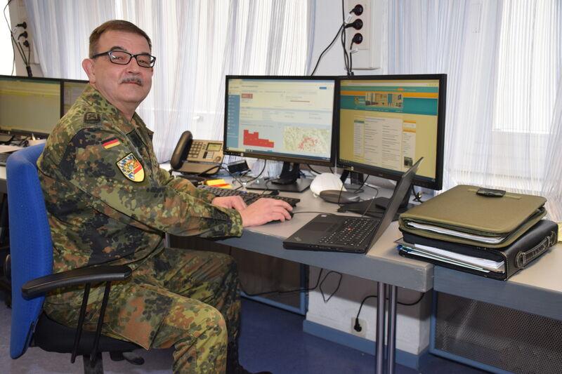 Hauptfeldwebel der Reserve Mark Gutgesell an seinem Arbeitsplatz im Landratsamt. (Foto: Landratsamt Lichtenfels/Heidi Bauer)