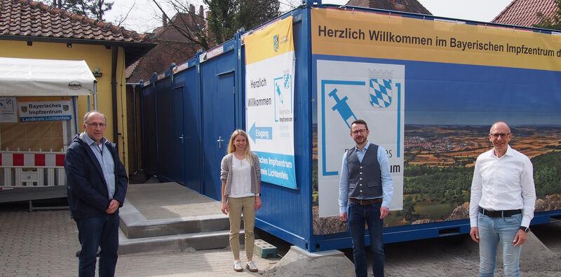 Freuen sich, dass die Erweiterung des Impfzentrums so schnell umgesetzt wurde: Landrat Meißner, Toni Spitzenpfeil, Dr. Nora Beller und Kreisbaumeister