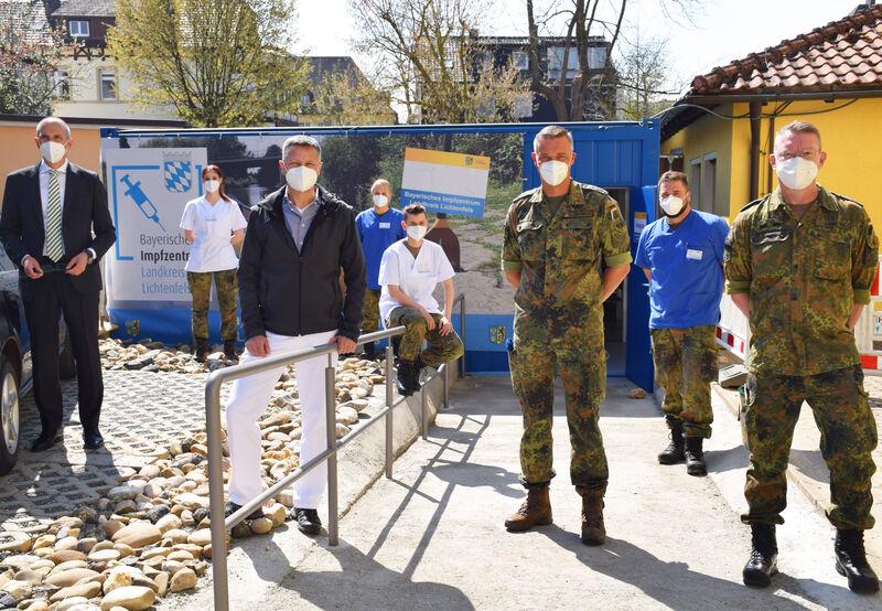 Im Impfzentrum Lichtenfels informierte sich Oberstarzt Dr. Tobias Gamberger über den Einsatz der Bundeswehrsoldat/innen. (Foto: Landratsamt Lichtenfel