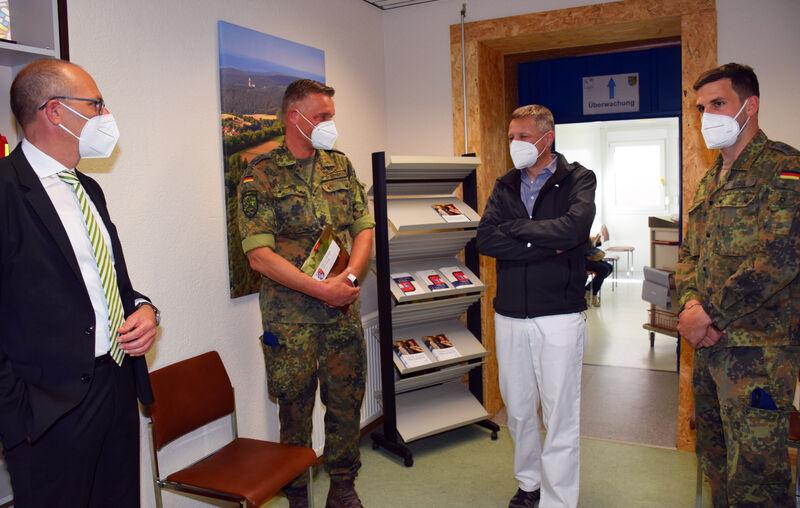 Beim Besuch im Impfzentrum (von links): Landrat Christian Meißner, Oberstarzt Dr Tobias Gamberger, Dr. Jürgen Murrmann (Foto: Landratsamt Lichtenfels/