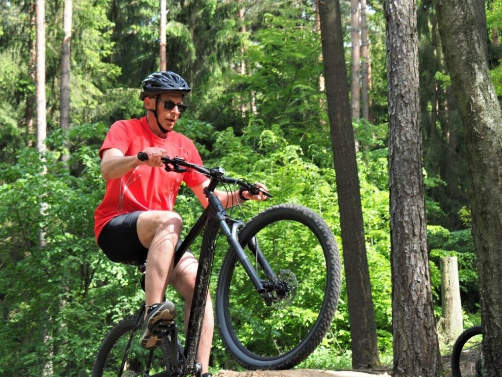 Landrat Christian Meißner testete die neue Strecke selbst mit dem Mountainbike. (Foto: Dirk Siepe)
