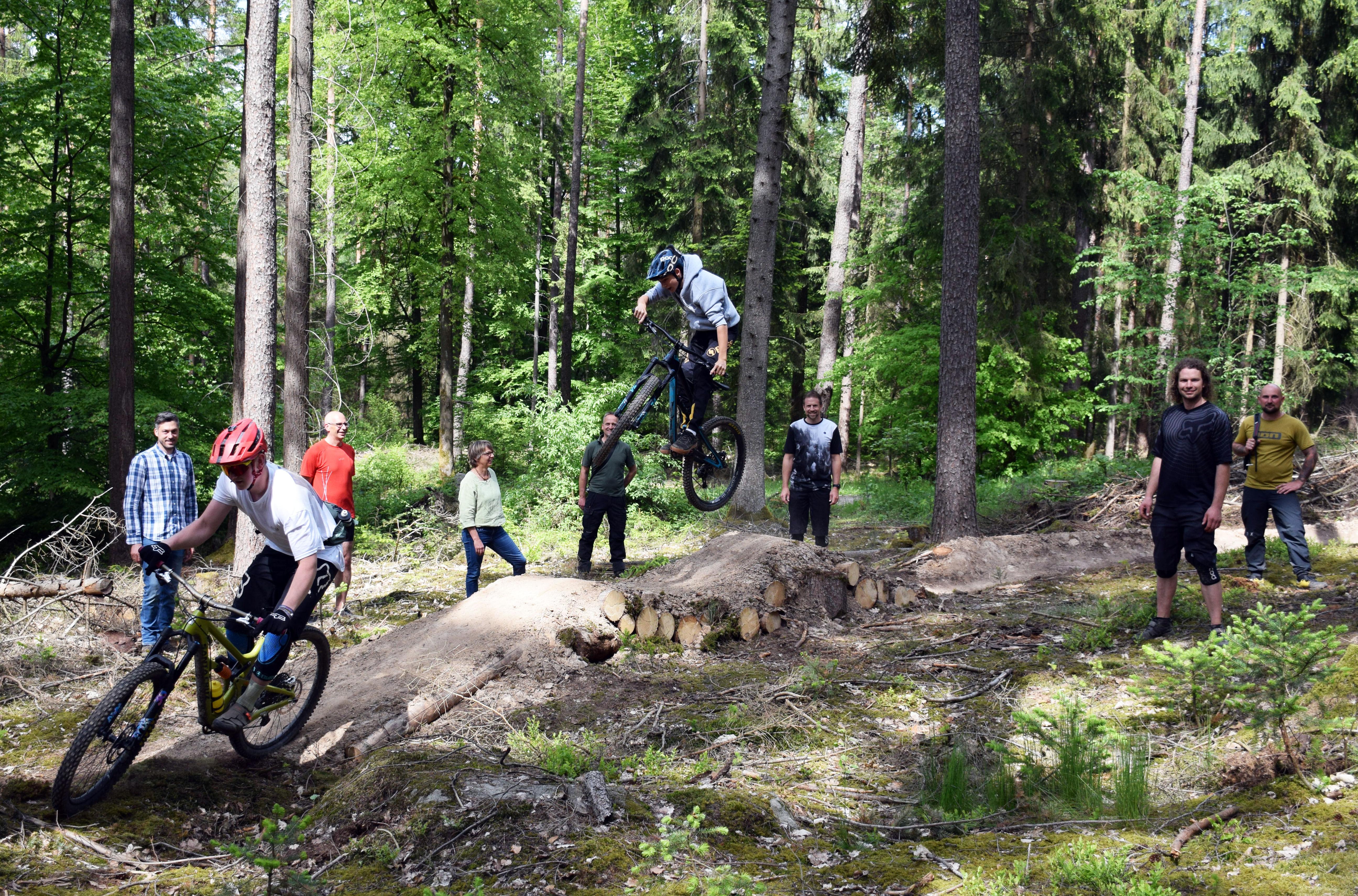 Bei der Vorstellung des neuen Trails gab es von allen Seiten freudige Mienen. (Foto: Landratsamt Lichtenfels/Heidi Bauer)
