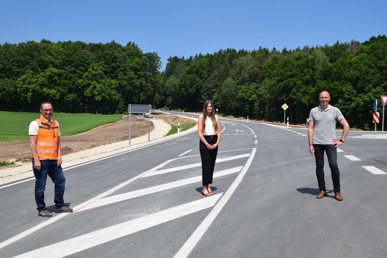 Beim Ortstermin in Modschiedel (v.re.): Landrat Christian Meißner, Abteilungsleiterin Kathrin Bullmann und der Leiter des Kreisbauhofs, Heiko Tremel.