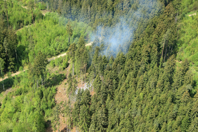 Wegen hoher Waldbrandgefahr: Beobachtungsflug über einem oberfränkischen Waldgebiet. (Foto: Peter Stollberg/ Regierung von Oberfranken)