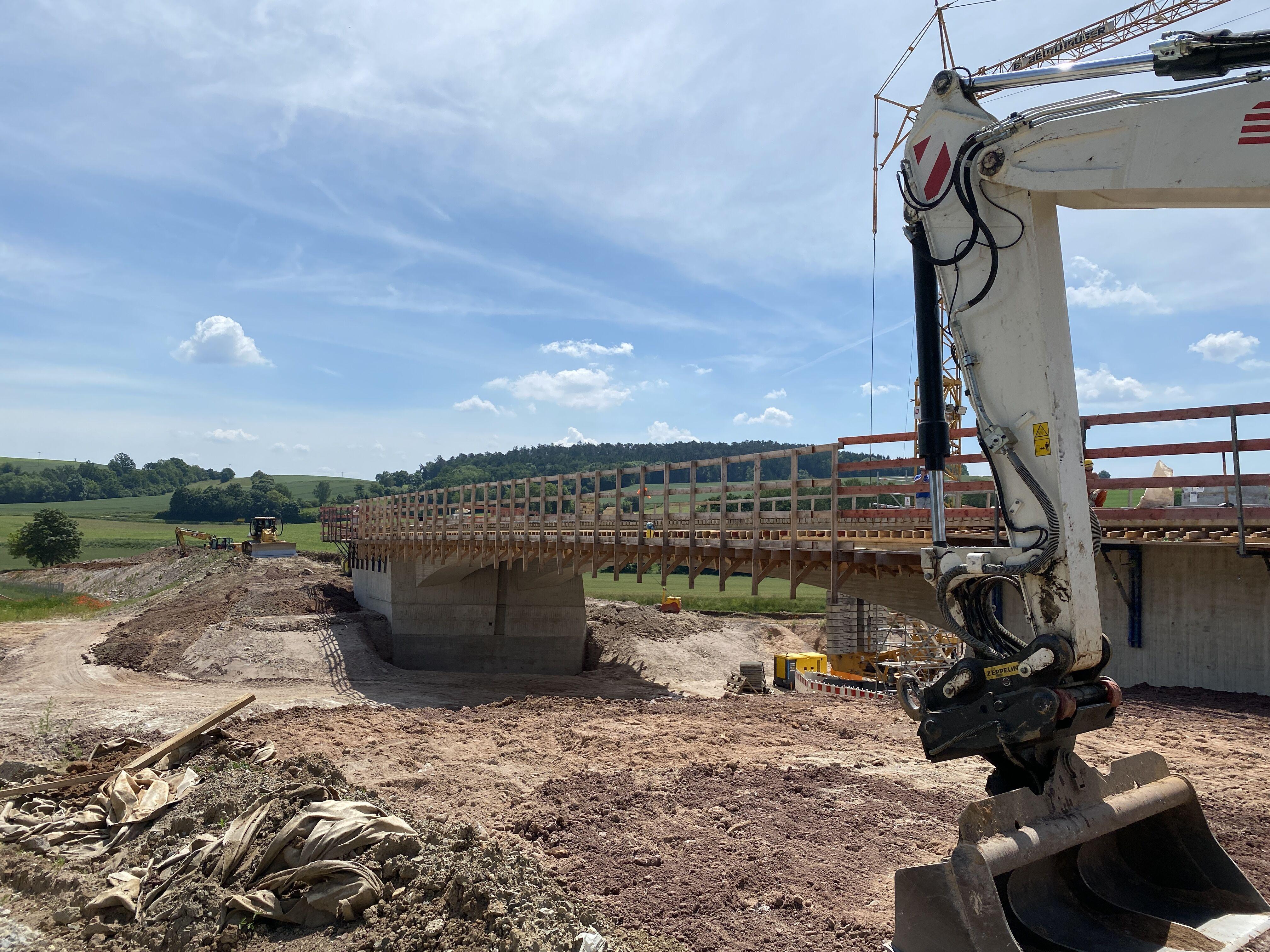 Die Arbeiten am Brückenbauwerk 11-1 zur Überführung der Gemeindeverbindungsstraße zwischen Hochstadt und Burgstall sind fortgeschritten. Hier stehen b
