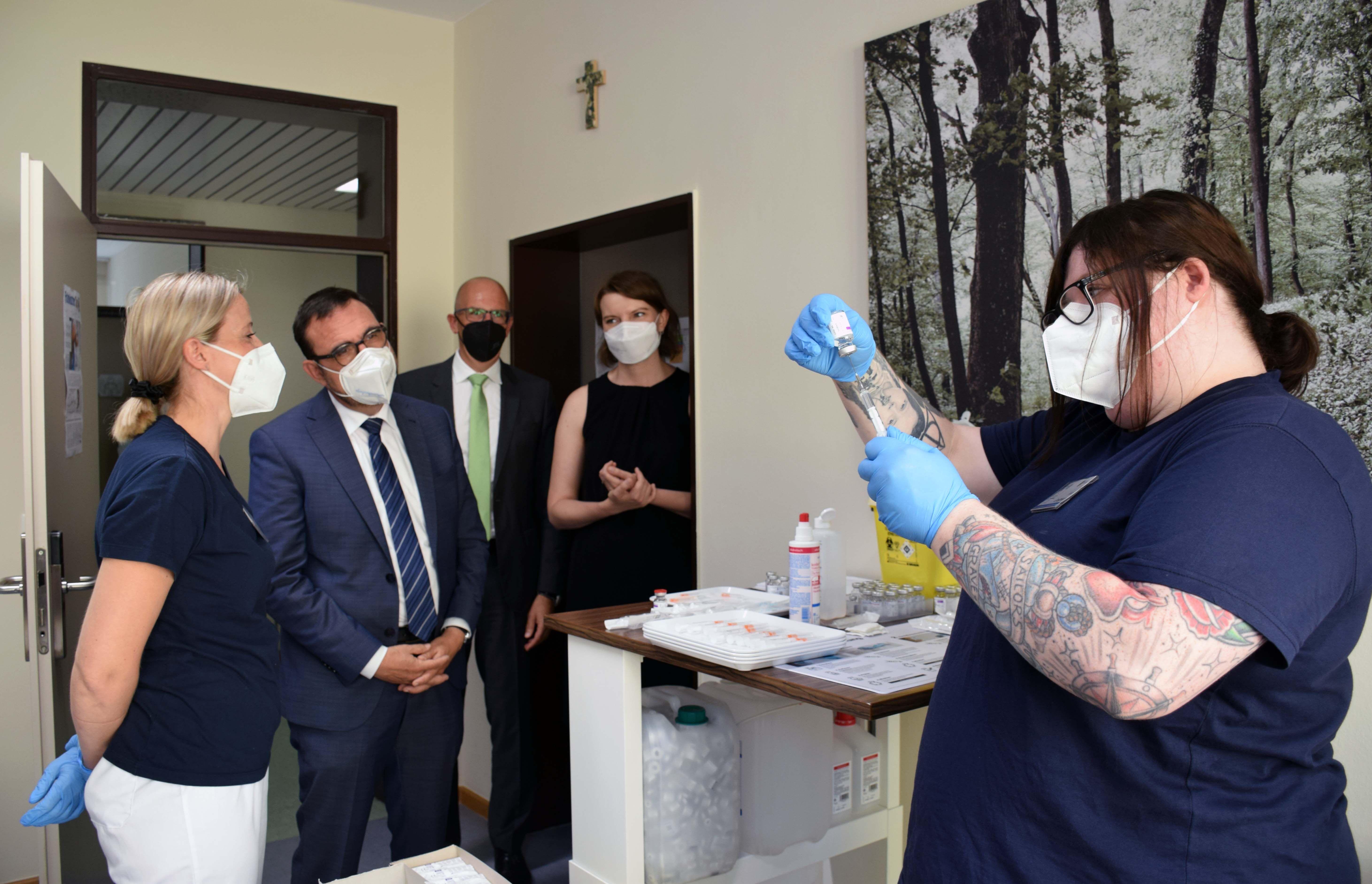 Staatsminister Holetschek nutzte die Gelegenheit, mit Ärzten, Angestellten und Patienten ins Gespräch zu kommen. Foto: Landratsamt Lichtenfels / Heidi