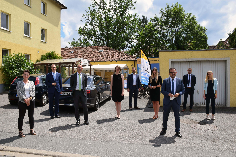 Vor dem Rundgang im Impfzentrum Lichtenfels: Staatsminister Klaus Holetschek mit Landrat Christian Meißner, Abteilungsleitern und Dr. Nora Beller. Fot