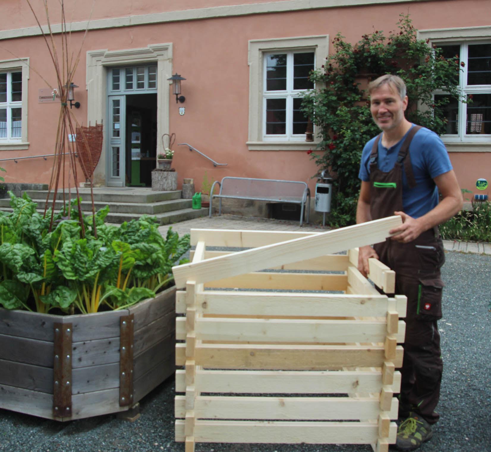 Der robuste Holzkomposter, den der Landkreis Lichtenfels anbietet, besteht aus fünf Zentimeter breiten Kanthölzern und ist im Stecksystem ganz einfach