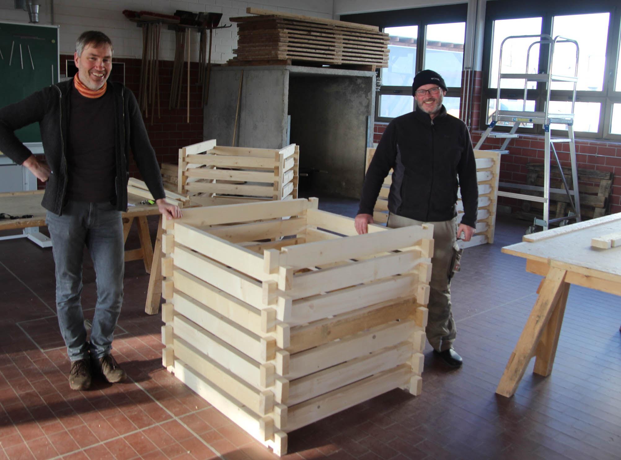 Der Zuschnitt der Holzteile erfolgt durch die Berufsintegrationsklasse der Staatlichen Berufsschule Lichtenfels in der Lichtenfels Mainau unter Anleit