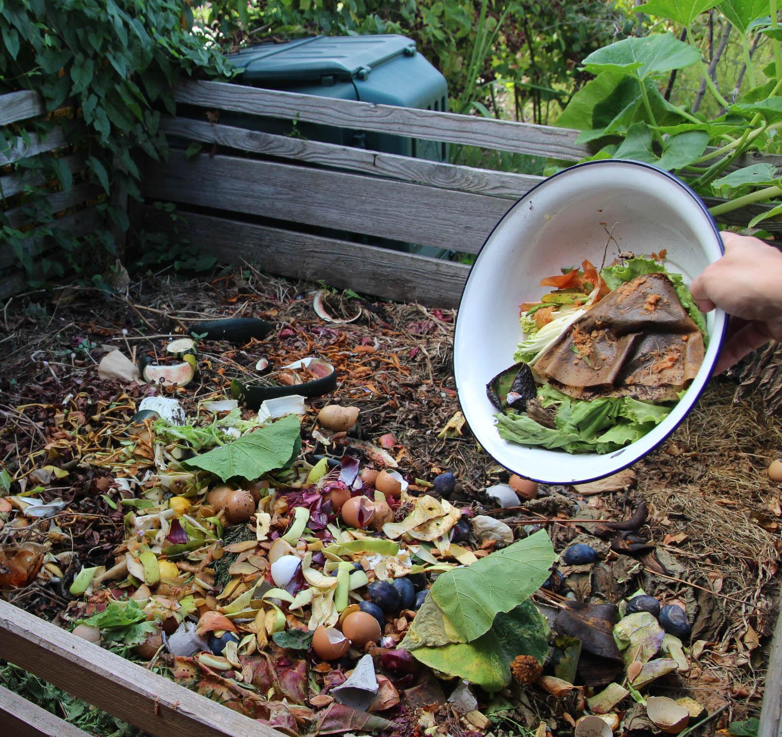 Je besser durchmischt das zu kompostierende Material ist, desto schneller geht´s und desto schöner ist die fertige Erde, erläutert Kreisfachberater Mi
