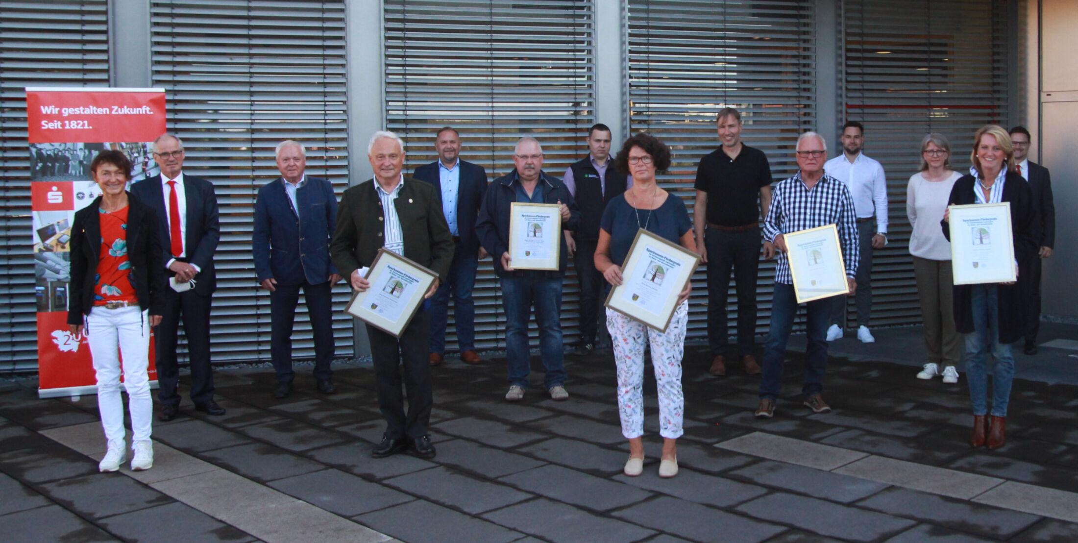 Zum Gruppenbild versammelten sich alle Förderpreisträger mit Urkunde. Foto: Landratsamt Lichtenfels