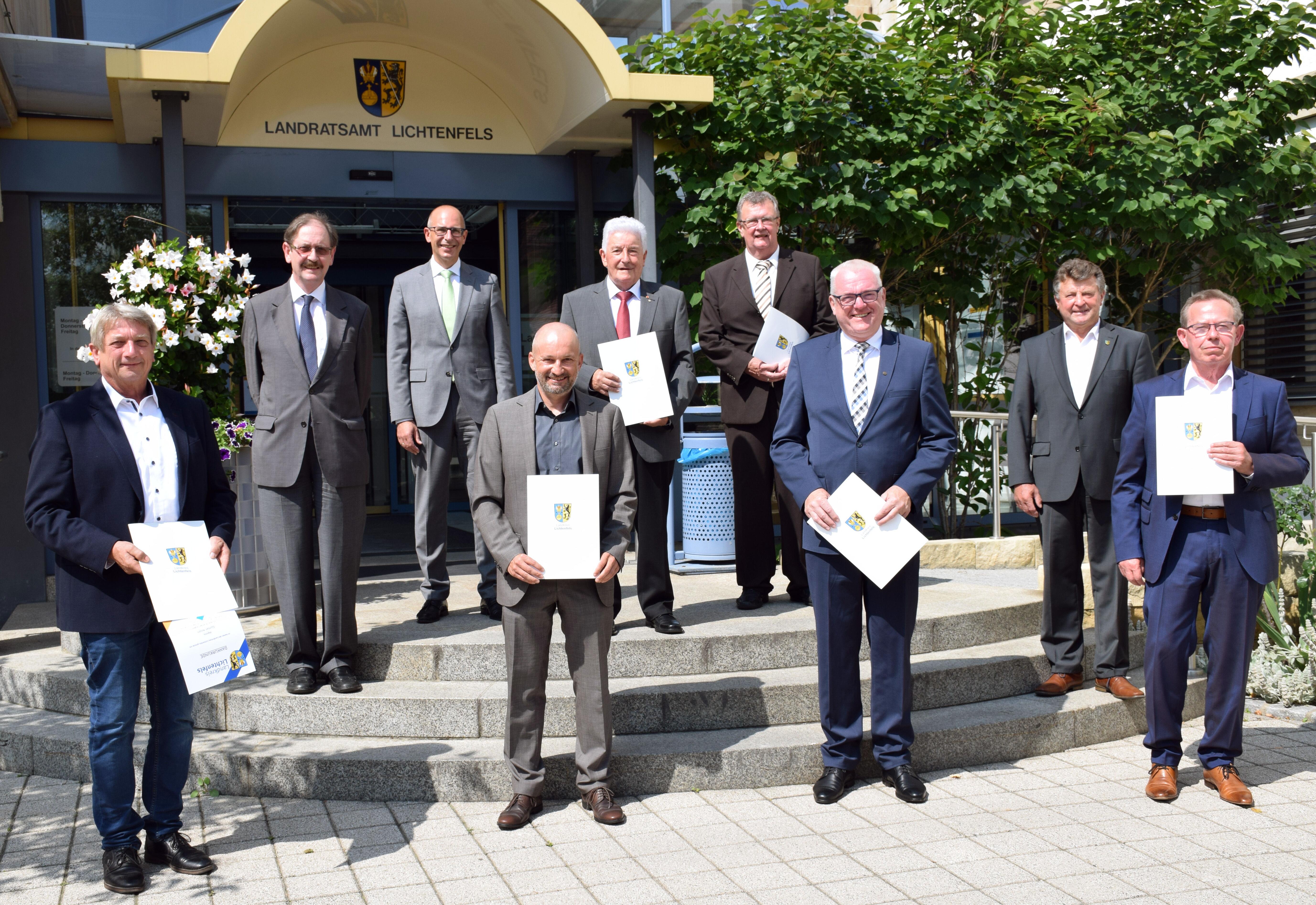 Die verabschiedeten Kreisräte von CSU, Jungen Bürgern und Freien Wählern mit Landrat Christian Meißner und Kreistagsfraktionsvorsitzenden. Foto: Landr