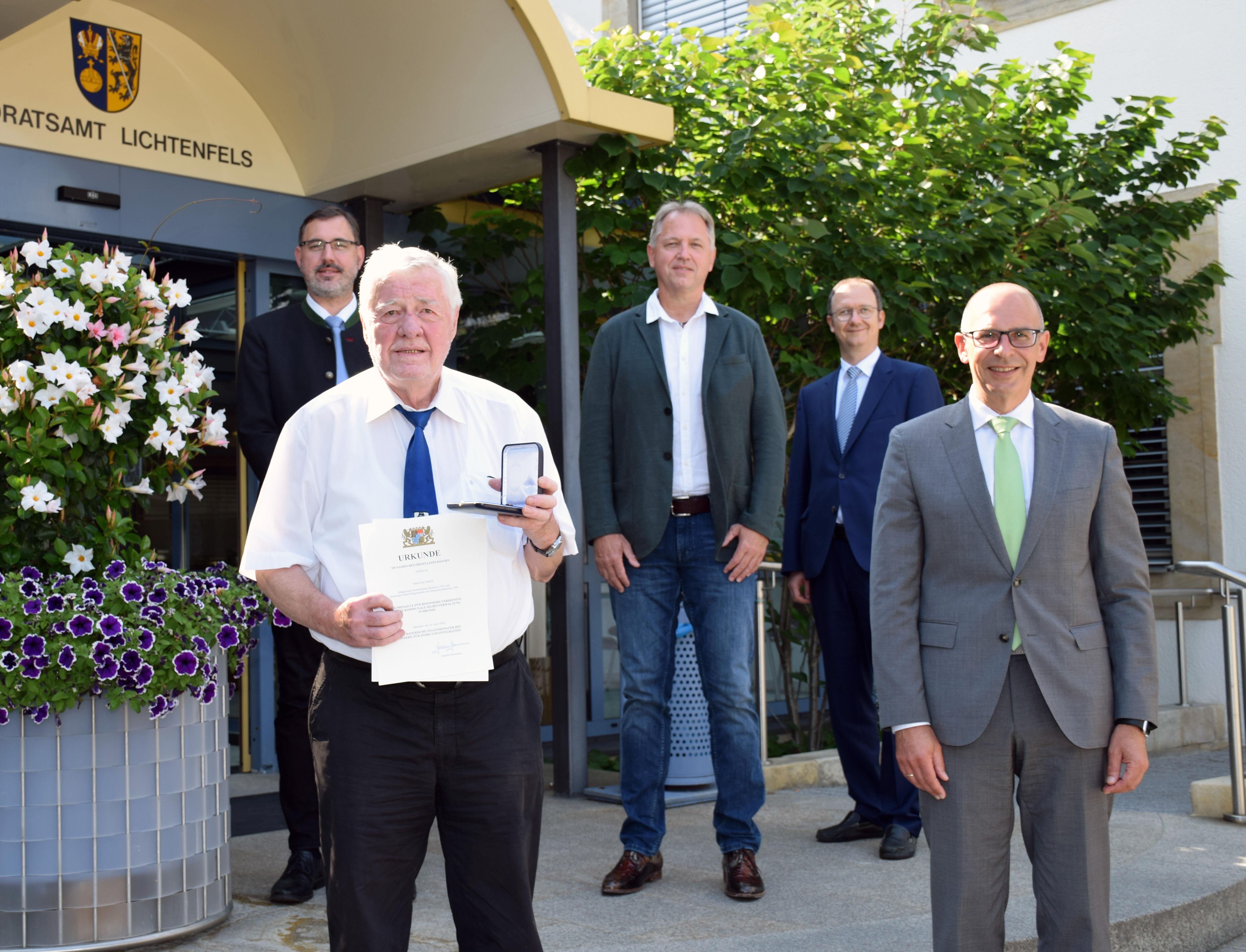 Landrat Christian Meißner (re.) übergab dem langjährigen Michelauer Gemeinderat Paul Habich, Schwürbitz, SPD, links) die Kommunale Verdienstmedaille i