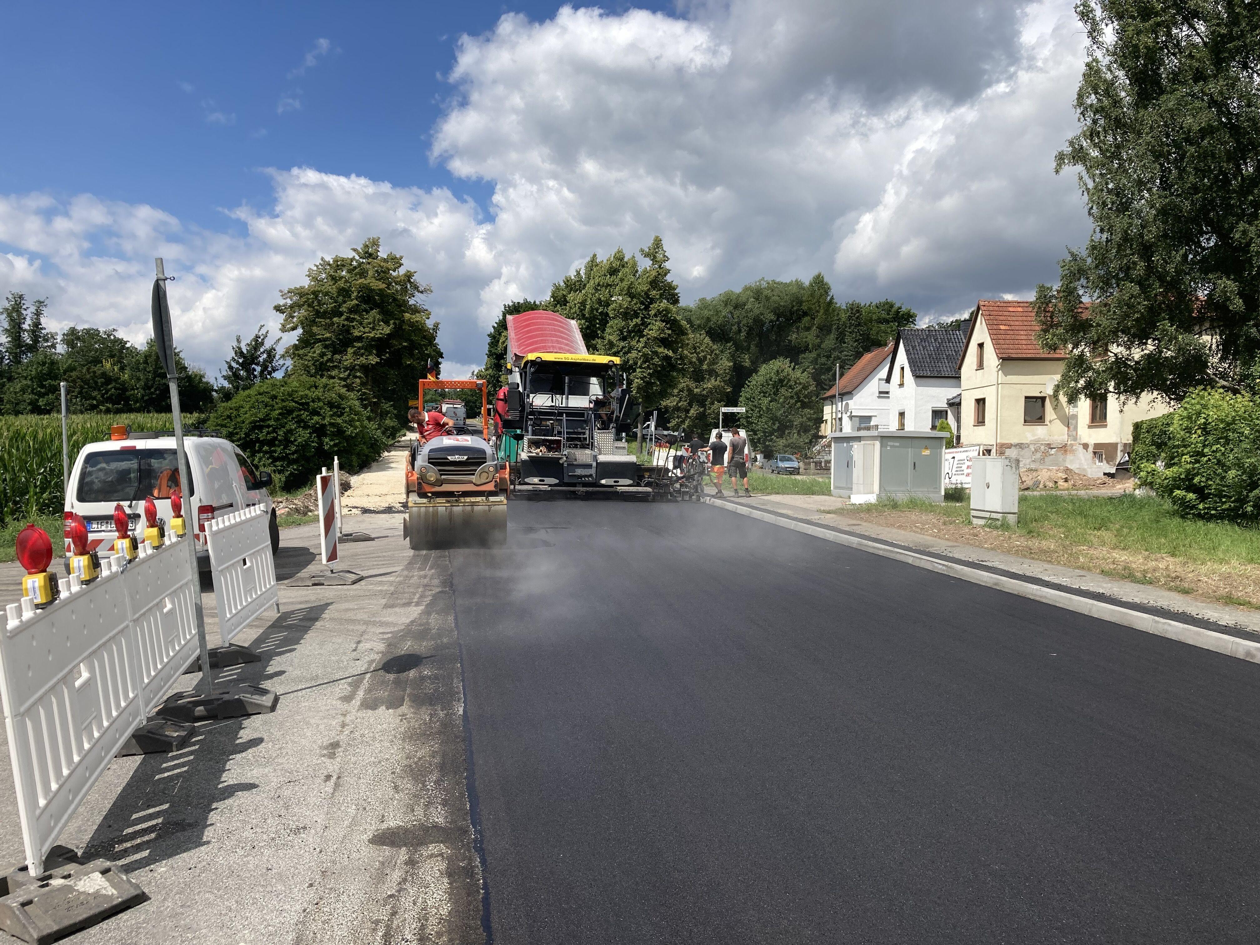Der 1. Bauabschnitt der Deckensanierung der Kreisstraße LIF2 in der Ortsdurchfahrt Schney ist am 30. Juli 2021 fertiggestellt worden. Fotos: Kreisbauh