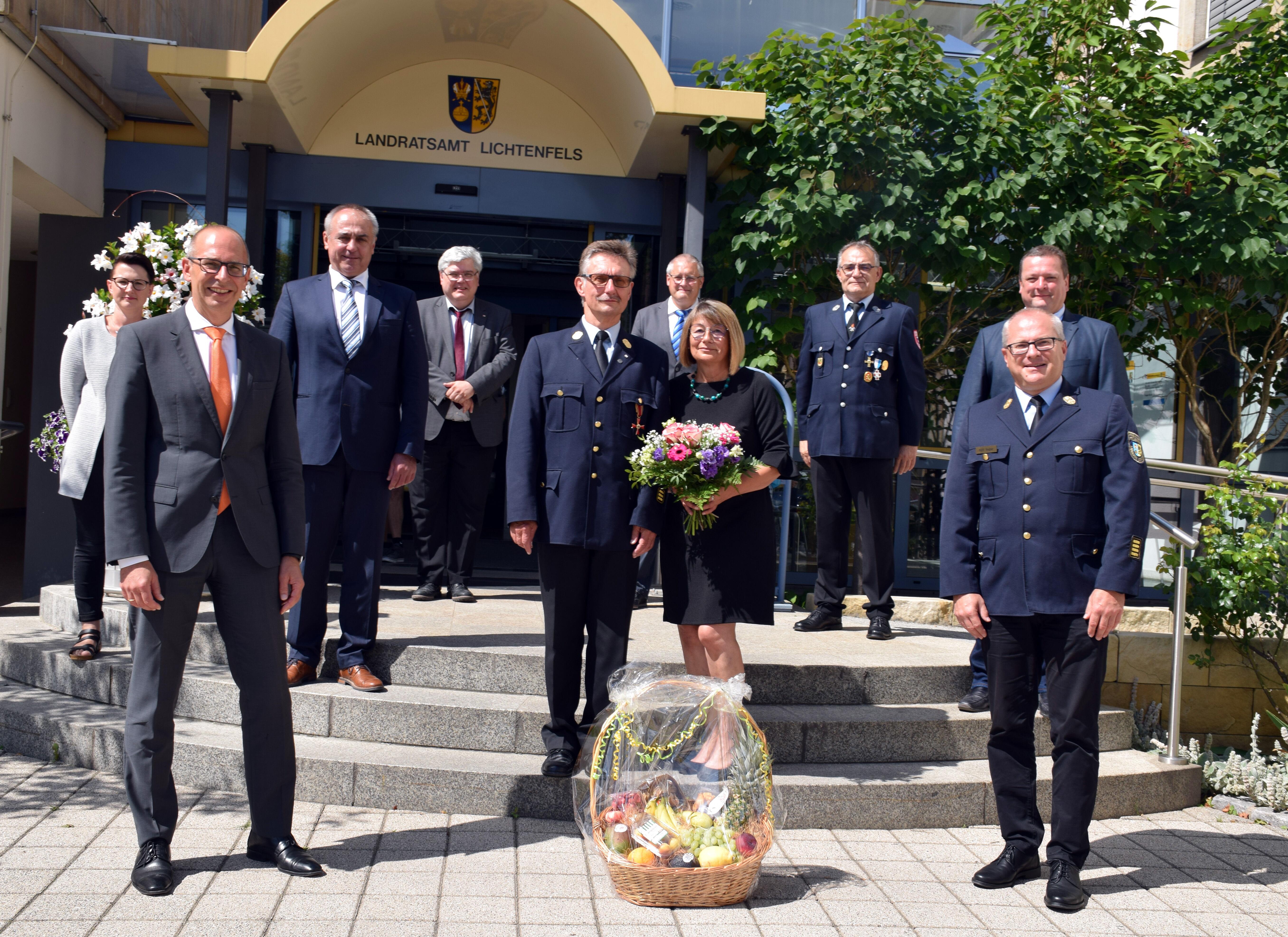 Mit dem Verdienstkreuz am Bande des Verdienstordens der Bundesrepublik Deutschland wurde Ottmar Jahn aus Altenkunstadt (Mitte, mit Gattin) ausgezeichn