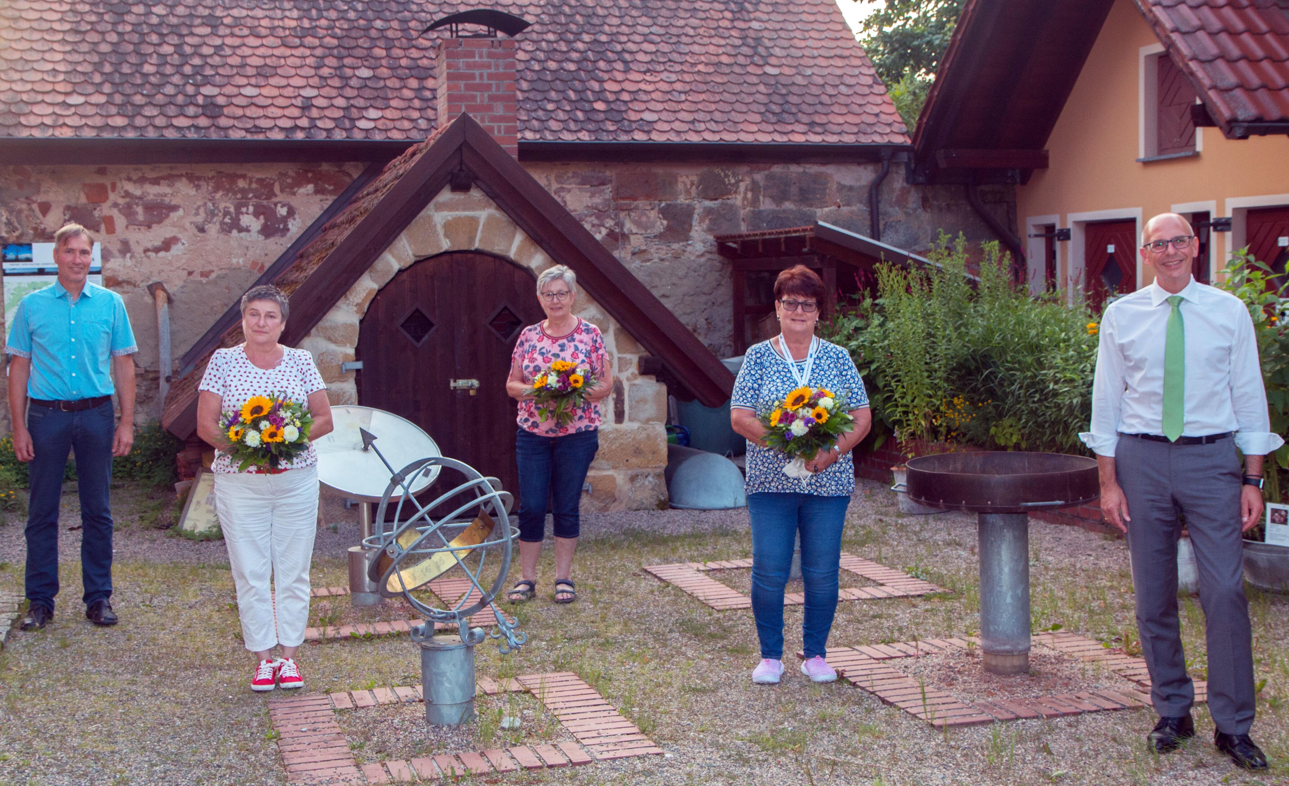 Blumen gab es für die Gartenzertifiziererinnen. Foto: KVGL/Christoph Bäuerlein