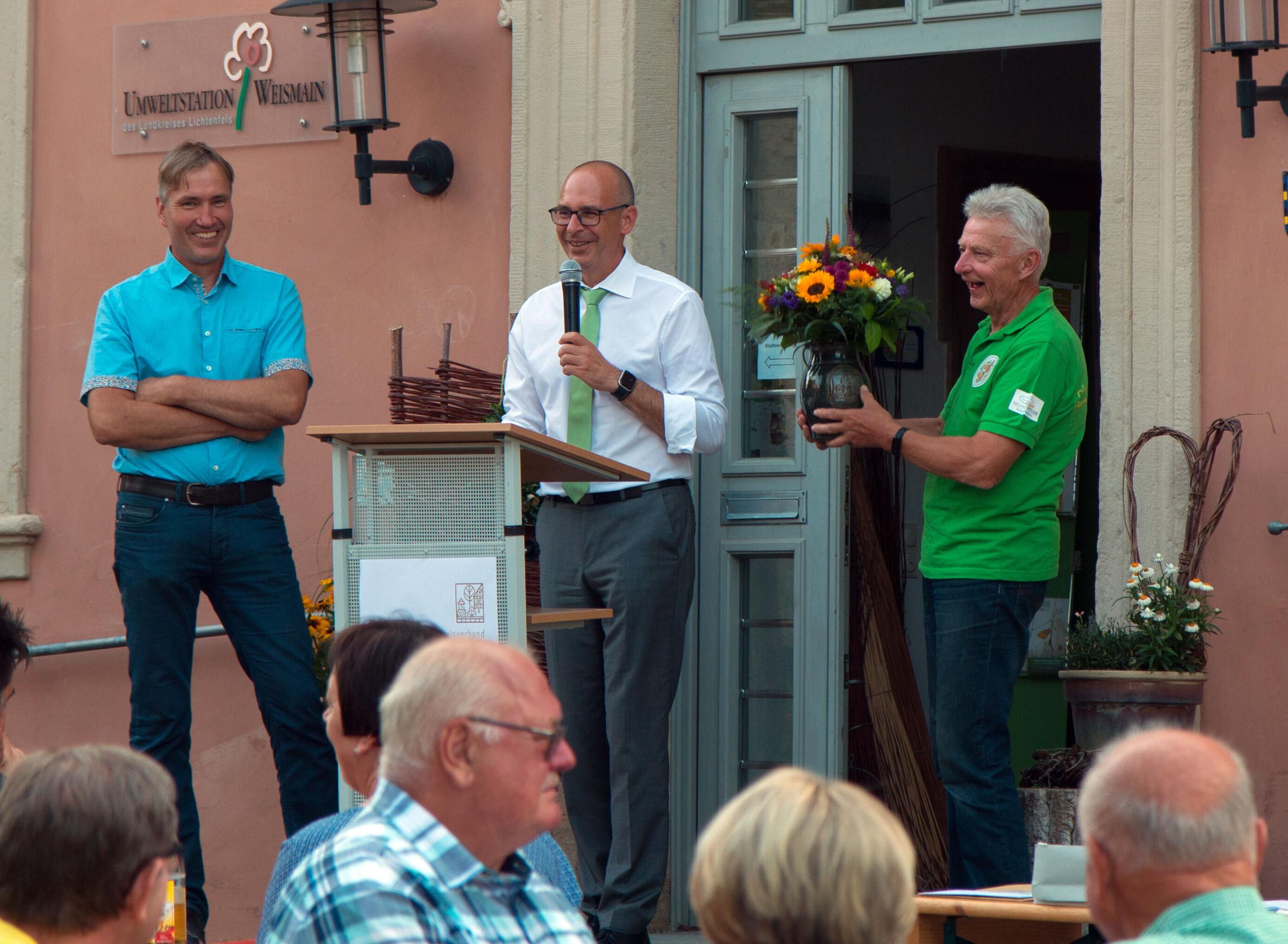 Dietmar Laude bekam den Ehrenkrug des Kreisverbandes für Gartenbau und Landespflege. Foto: KVGL/Christoph Bäuerlein