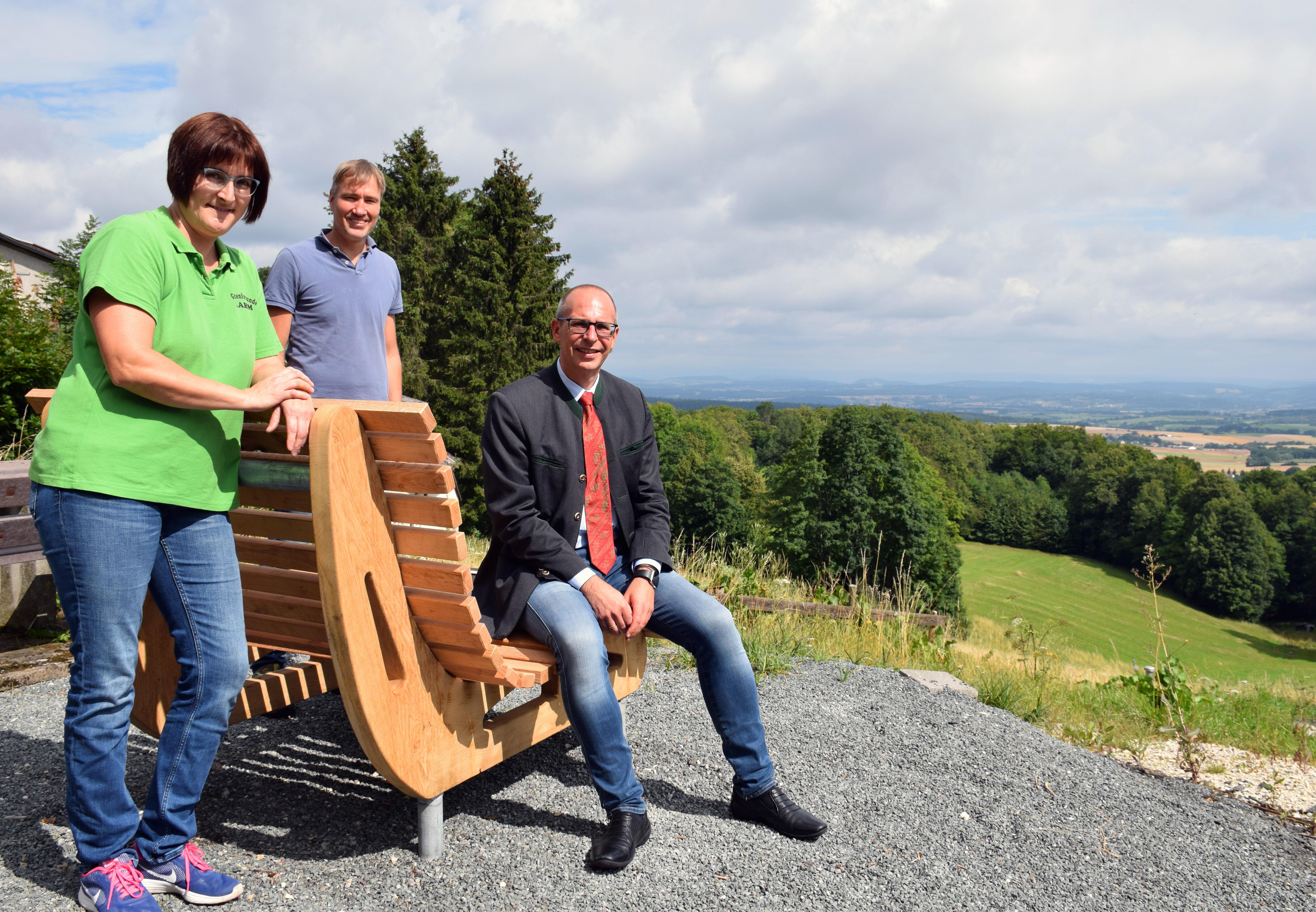Probe-Sitzen auf der neuen Landschaftsbank bei Lahm. Foto: Landratsamt Lichtenfels/Heidi Bauer