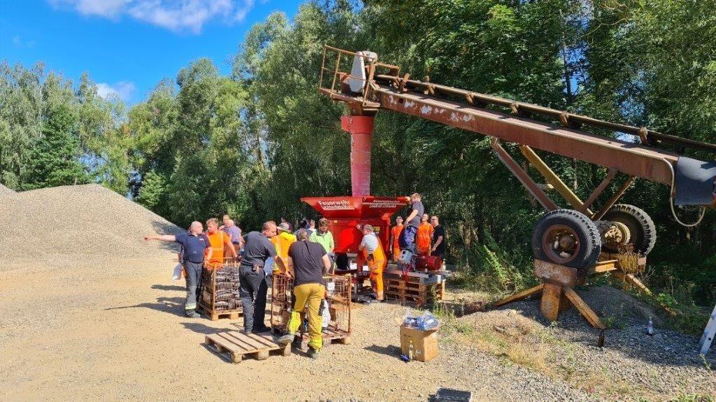 1400 Sandsäcke befüllten Mitarbeiter der Bauhöfe und Feuerwehrkameraden im Kieswerk zur Vorsorge gegen Starkwetterereignisse und Überschwemmungen.  Fo