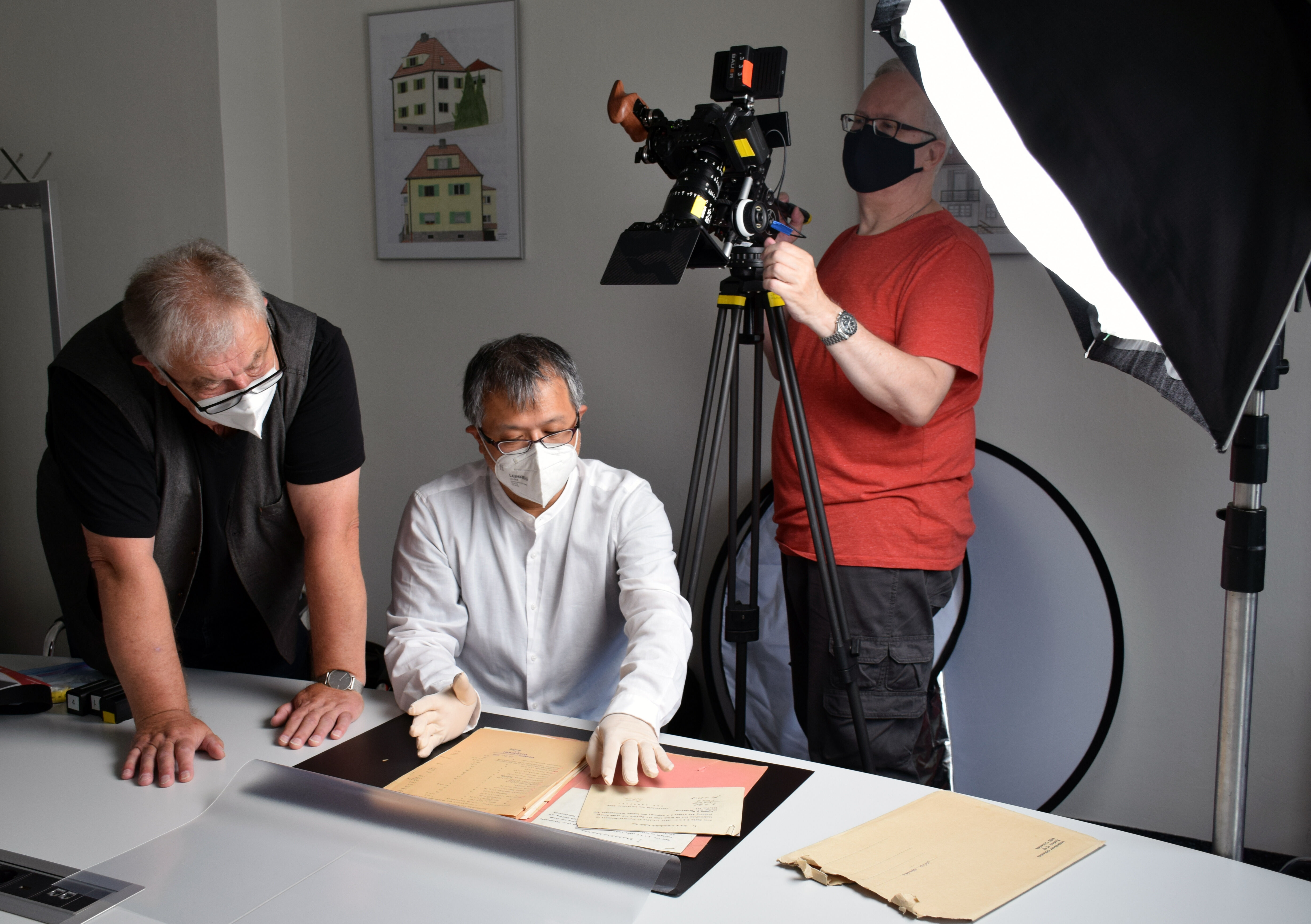 Bei den Dreharbeiten zum Dokumentarfilm: der Leiter des P-Seminars, Studiendirektor a.D. Manfred Brösamle-Lambrecht, Regissseur Ryoya Terao, Kameraman