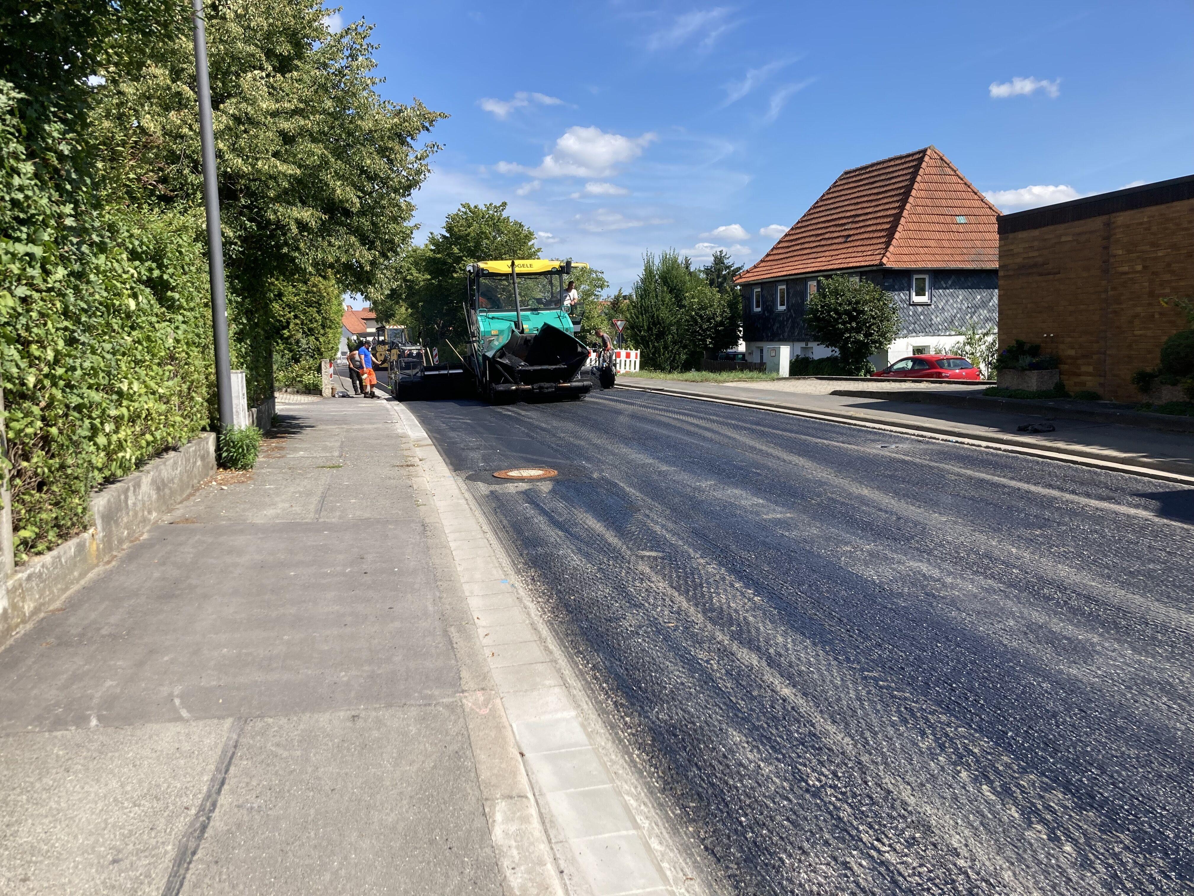 Der 2. Bauabschnitt der Deckensanierung der Kreisstraße LIF2 in der Ortsdurchfahrt Schney ist am 25.August 2021 asphaltiert worden. Foto: Kreisbauhof