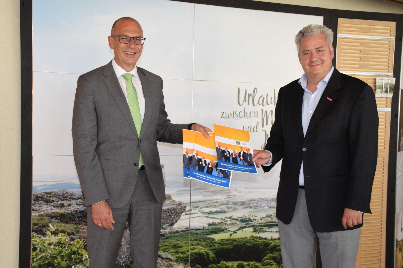Landrat Christian Meißner (links) und der Schirmherr für den AusbildungsLöwen 2021, HWK-Präsident Matthias Graßmann. Foto: Landratsamt Lichtenfels/Hei