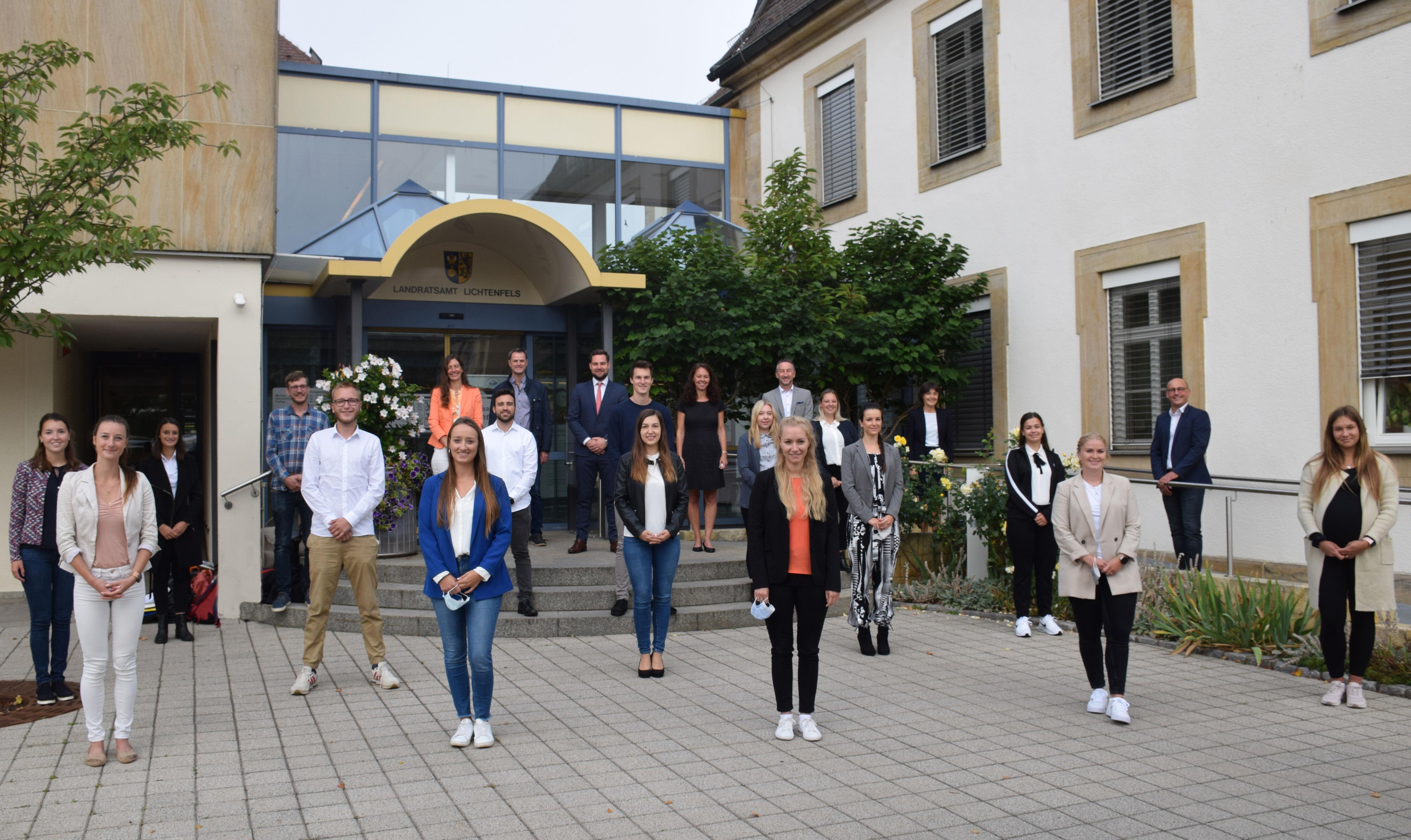 16 neue Lehramtsanwärter wurden zu Beginn des Schuljahres 2021/2022 im Landratsamt vereidigt. Foto: Landratsamt Lichtenfels / Heidi Bauer (4) bearbeit