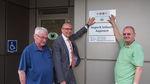 126 - 2018_04_26_PM Landrat Meißner übergibt Signet Barrierefrei an Augenarztpraxis Seilnacht